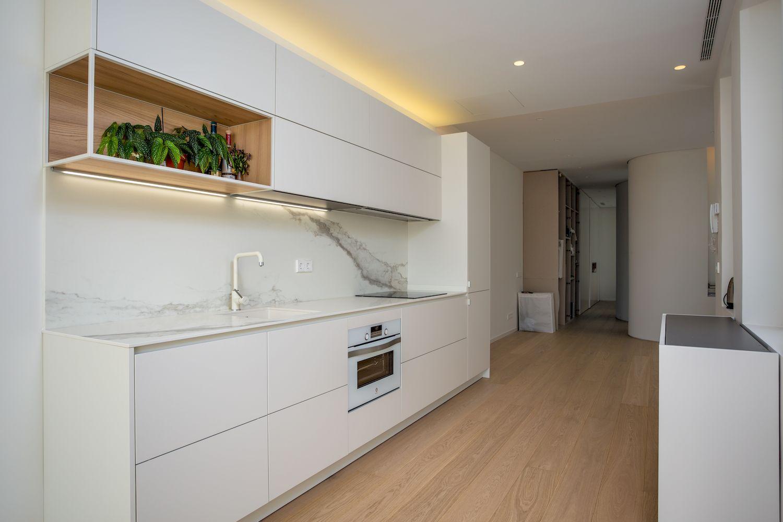 Reforma Cocina Dica abierta al salón en Chamberí modelo dica serie 45 Blanco Latte y Encimera Porcelanica Inalco de Madrid