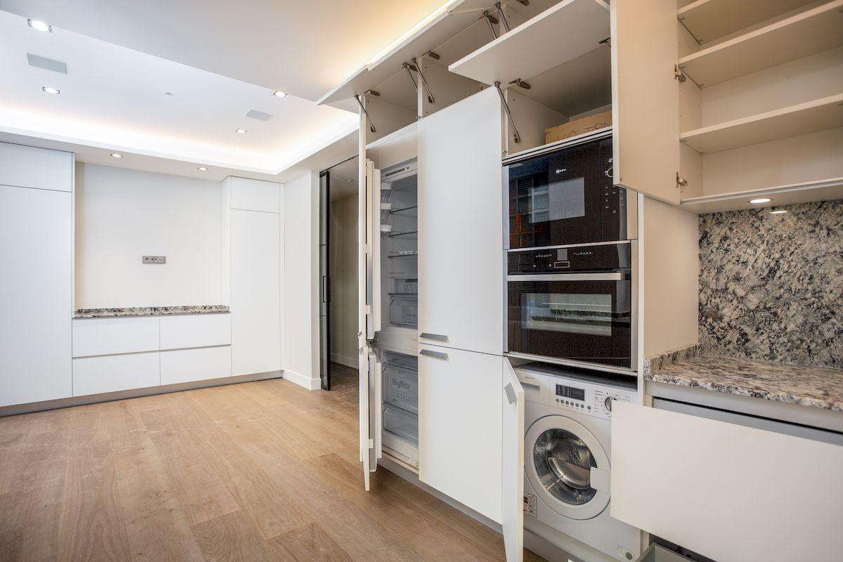Reforma Cocina Dica en U en un Piso Lujo de la calle Moret de Madrid modelo dica serie 45 Blanco Polar y encimera piedra natural Naturamia de Madrid