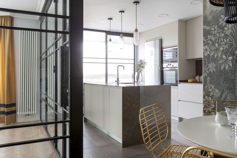 Reforma Cocina Dica abierta al salón con isla en L y lavadero en Majadahonda modelo Milano Serie 45 Niebla Seda de Madrid