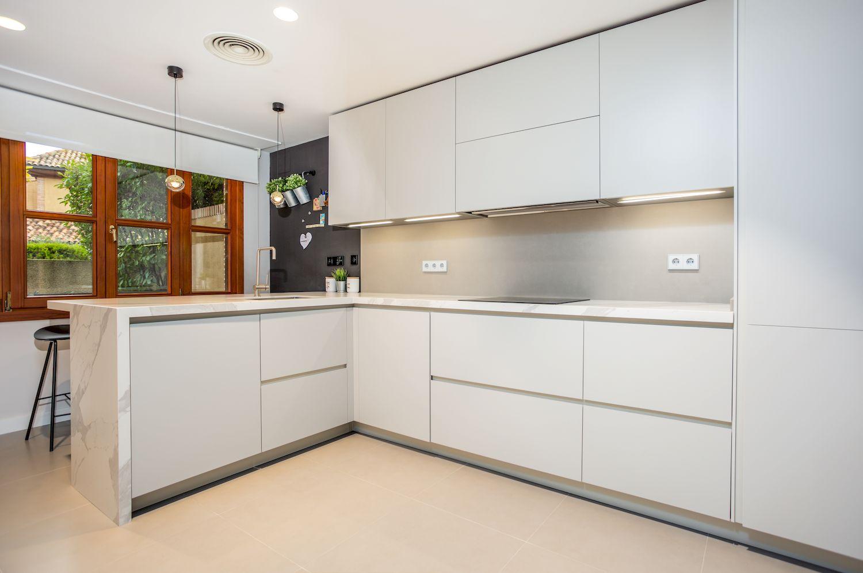 Reforma de una cocina Dica modelo Gola 45º Blanco Polar y ...