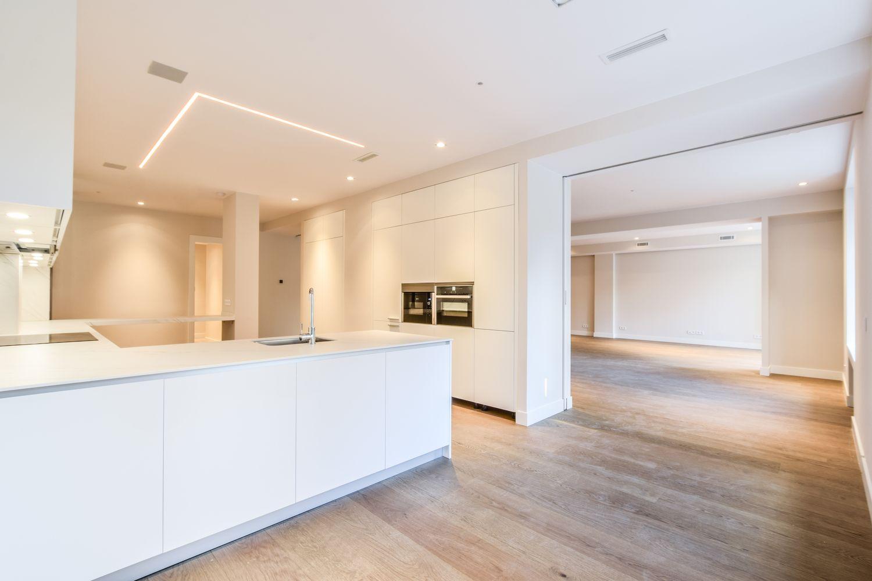 Reforma Cocina Dica modelo Gola 45º Blanco Polar con iluminación led bajo mueble co and co espacios Cea Bermúdez de Madrid