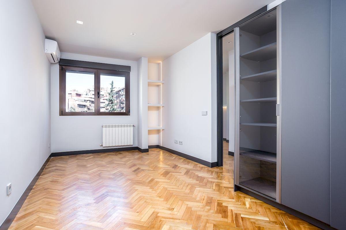 Reforma de una cocina Dica con iluminacion led bajo mueble en Avda. del Mediterraneo en Madrid