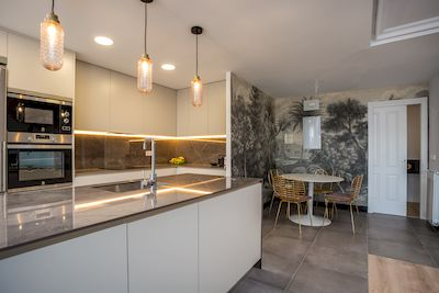 construcción de una cocina Cocina en L Abienta al Salón en Majadahonda Madrid