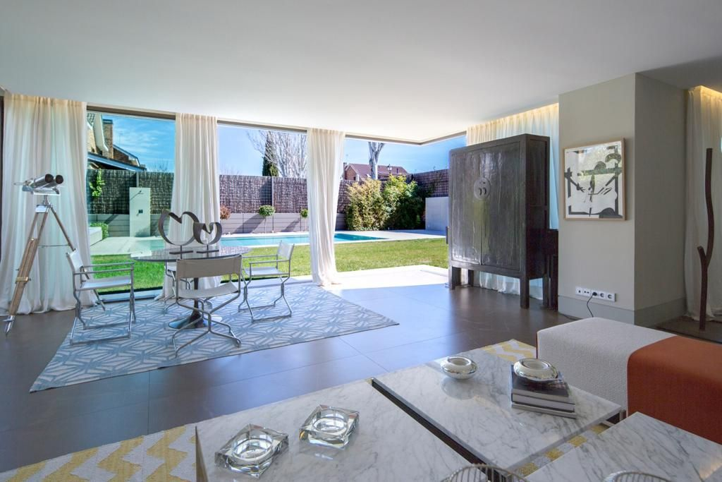 Salón y ventanal a la piscina - Moraleja Integral Casa Moraleja