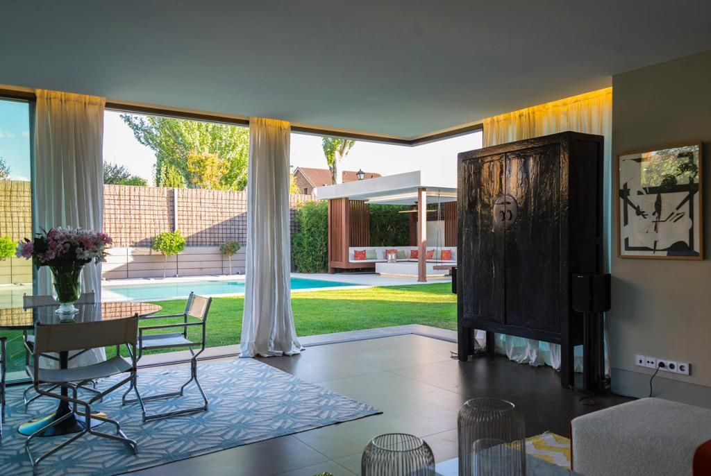 Detalle salón y ventanal a piscina - Moraleja Integral Casa Moraleja